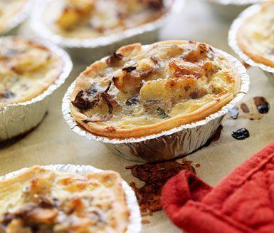 Testa att laga till små pajer med potatis, svamp och ansjovis. De små potatispajerna fungerar utmärkt att servera som förrätt eller som små aptitretare på bjudningen.