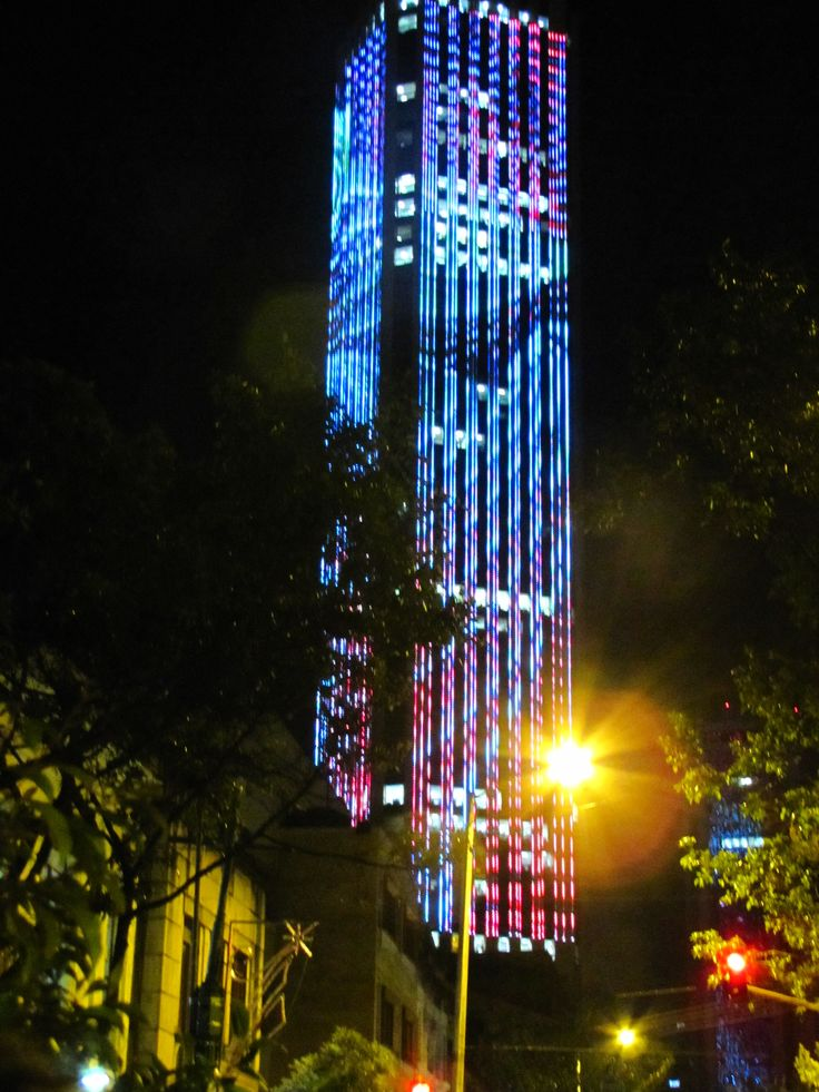 Torre colpatria. Vista nocturna