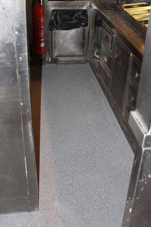Aplicación capa de fondo, sellado y abrillantado del pavimento poliurea