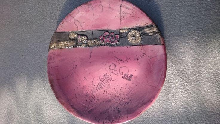 Plat de service en céramique raku , émaillage aubergine, enfumage et nitrate d'argent sur décoration dentelle