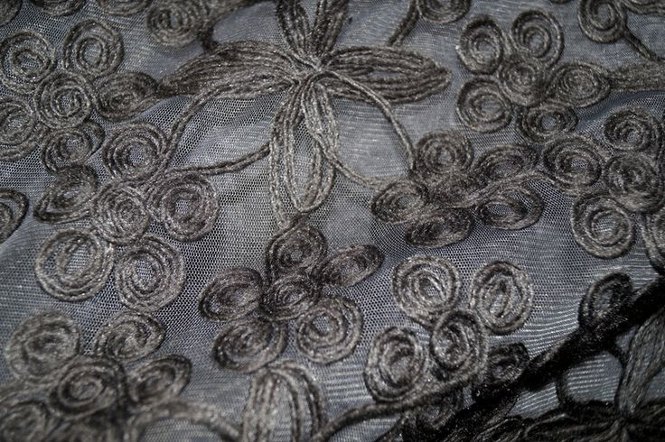 NB16/17 9240-054 Fijne rekbare tule met geborduurde bloemen taupe