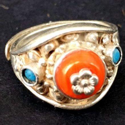 Anillo tibetano de plata con coral - http://www.inkston.com/es/shop/plata/anillo-tibetano-de-plata-con-coral-2/?ntsrc=PN&ntac=%ACCNAME Anillo tibetano de plata con coral Peso: 6.94g  #Anillo #Coral #Plata #Tibetano