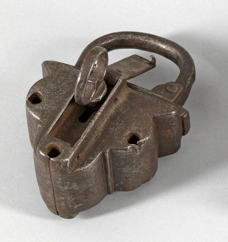 Vorhängeschloss Geschmiedetes Eisen. Kleeblattförmiges Vorhängeschloss mit übergreifendem Bügel — Metalle