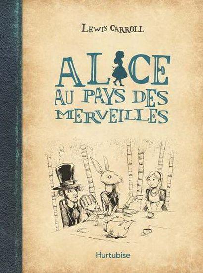 En s'aventurant dans le terrier du Lapin Blanc, Alice découvre un bien étrange pays où tout le monde est fou et où plus rien ne tient debout!Dans cet univers aux coutumes loufoques, elle rencontre des animaux étonnants et des personnages délirants, dont une Reine de Cour qui aimerait bien lui couper la tête.Alice parviendra-t-elle à retrouver le chemin de la maison?Une adaptation du célèbre classique de Lewis Carroll à l'intention des jeunes lecteurs. Une couverture rigide, un style vintage…