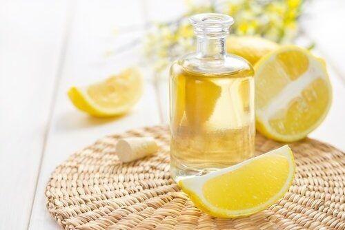 boccetta con succo di limone mobili