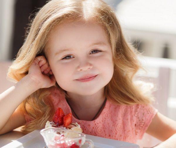 Десерты в банках — идеальное решение для пикника. А еще их удобно брать собой на прогулку с ребенком. Эти легкие и воздушные холодные десерты — идеальный сладкий перекус.
