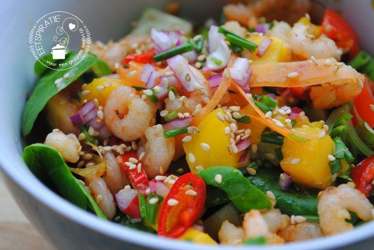 Een lekker recept voor een zoet pittige garnalensalade met een heerlijke mangodressing. Deze salade heeft alle kleuren van de regenboog!