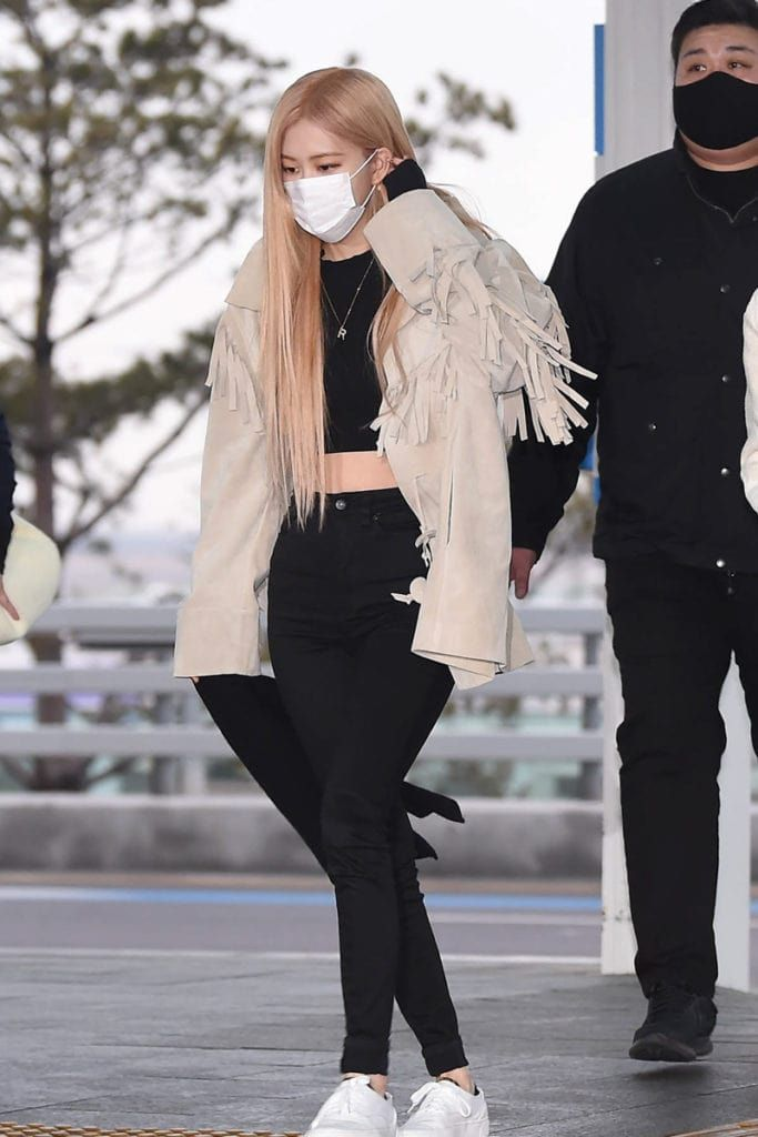 Blackpink S Jennie And Rose Shows Us Their Jacket Style Inspo With Their Recent Airport Outfits In 2020 Airport Outfit Blackpink Fashion Celebrity Airport Style