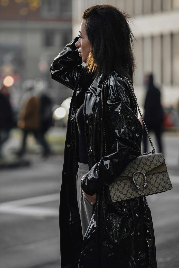 Mode Bloggerin Jasmin Kessler trägt einen schwarzen Vinyl Mantel mit grüner Stoffhose und schwarzen Sock Boots II #outfit #ootd #vinyl #vinylcoat #streetstyle #fashion #fashionblog