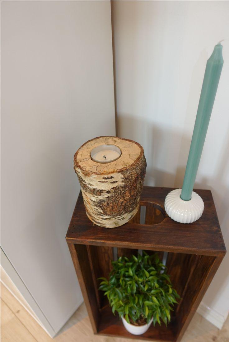 Hjemmelaget trekasse, behandlet med brun voks.  Bjørk trekubbe til telysholder, behandlet med et lag klar matt lakk