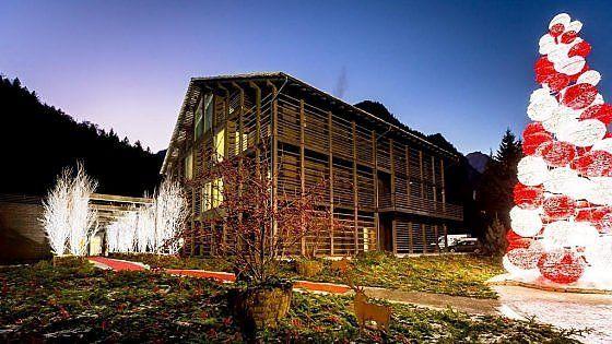 In Valsesia il primo family-hotel dove le festività durano 365 giorni e ogni mese si ripropone il cenone della Vigilia. Tra i folletti e la cucina della