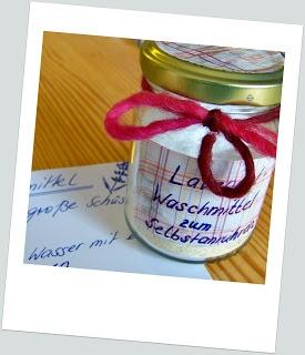 Waschmittel:1 leere Flasche für ca. 1l bis 1,5l+15 gr Seife (Savon de Marseille 72%, Aleppo Seife, Kernseife von Klar, Sonett oder Sodasan)+ 2 EL Soda (DM)+1,2l Wasser+Trichter+Schneebesen+evtl. äth.Öl (z.B. Lavendel): 15 gr Seife reiben Los gehts: 1/3 Wasser kochen lassen - Geriebene Seife in Schüssel geben, das heiße Wasser darüber gießen, dann 2 EL Soda dazu und alles mit dem Schneebesen umrühren, 1 Stunde in Ruhe lassen, mit heißem Wasser je 1/3 noch zweimal wiederholen. abkühlen…