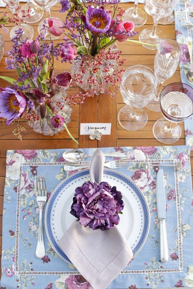 Muitas vezes, ao montarmos uma mesa especial, partimos de um estilo específico, do tema e propósito do encontro, dos convidados, ou mesmo de peças e cores inspiradoras que encontramos em nosso dia a dia. Para a mesa que mostramos hoje, resgatamos uma antiga paixão e apostamos numa paleta de cores que nos dá a sensação de alegria e aconchego: roxo, pink, lilás e azul.