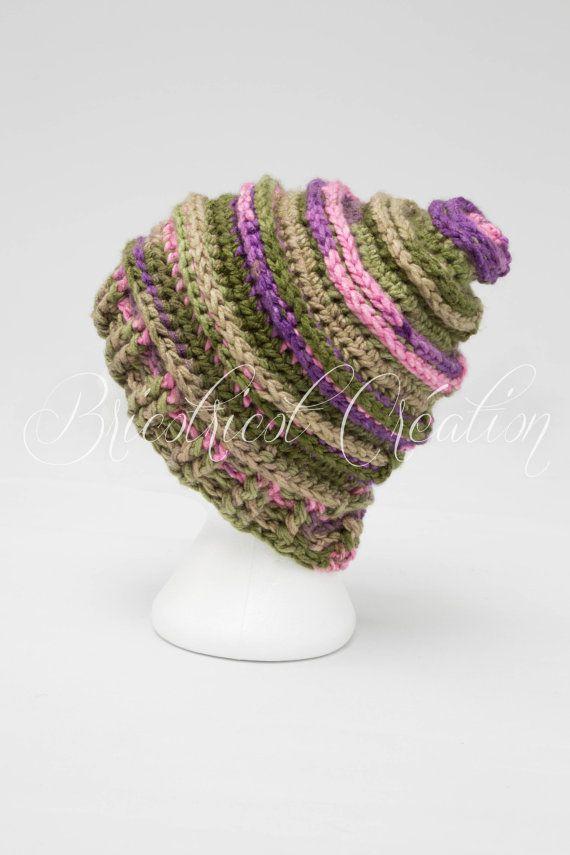 Chapeau de conception originale aux couleurs rose, vert et mauve fait au crochet pour adulte. Prêt à partir! #hat, #chapeau, #rigolo