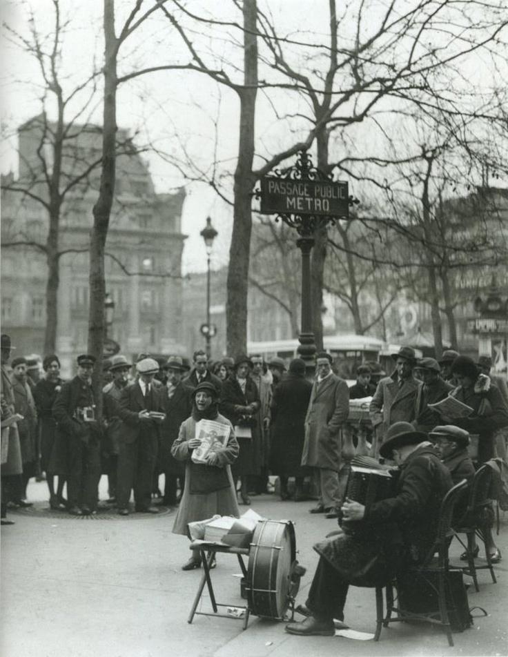 Chanteuse des rues: Paris 1930