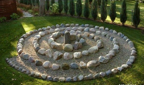patio dekoideen sand steine rasen