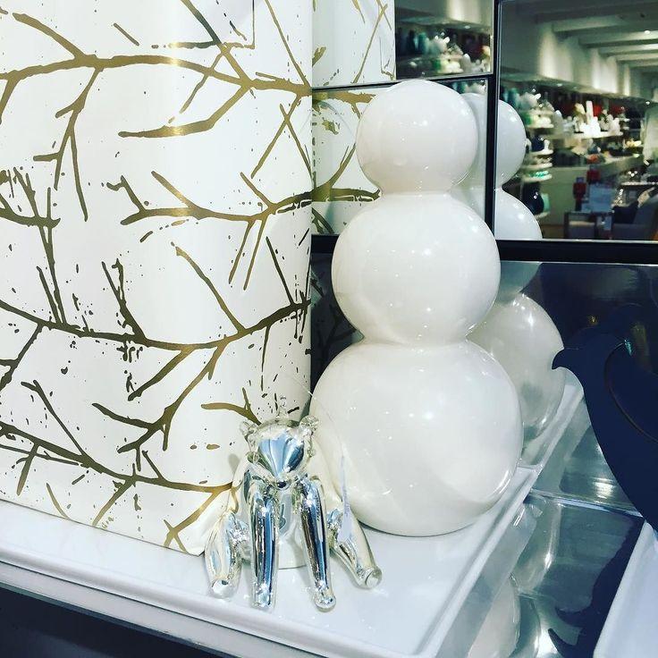Jag fastnade för den här stilrena snögubben - skulle passat ihop med mina kristallkulor och kulljusstaken i kristall... ...men de hade bara två kvar och båda var lite sönder... #cb2 #christmas #jul #joulu #inredning #heminredning #inreda #interiör #interior #interiør #sisustus