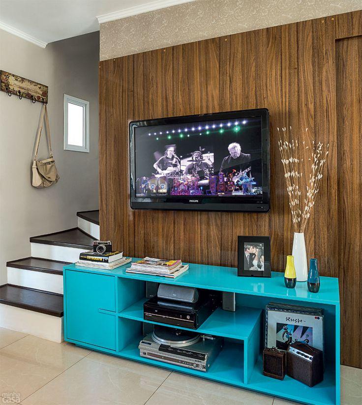 De uma cor vibrante para o móvel da TV, Camila e Rafael não abriam mão. Como não encontraram chapas laqueadas no tom desejado, compraram o M...