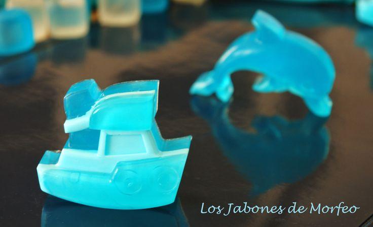 Con cien cañones por banda, viento en popa a toda vela, no corta el mar, sino vuela, un velero jabonil...
