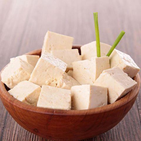 El Tofu ayuda a bajar el colesterol, tiene mucha fibra, pocas calorías y un alto contenido en calcio que previene la osteoporosis. #ingredientes #tofu #calcio