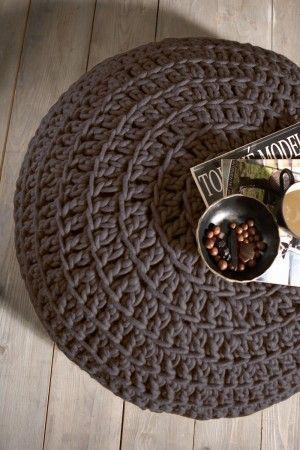 Bruine gehaakte poef. Bruine gehaakte poef van dikke pure wol, met leren onderkant