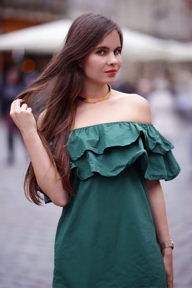 Zielona Sukienka Z Falbana Czarne Rajstopy I Lakierowane Szpilki Ari Maj Personal Blog By Ariadna Fashion Fashion Models Model