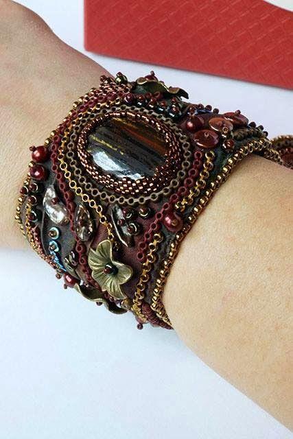 Bransoletka wykonana haftem koralikowym na własnoręcznie barwionym jedwabiu- zdjęcie autorstwa obecnej właścicielki (prezent wymiankowy)