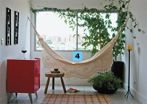 O apartamento não tem varanda, mas o cantinho da sala mais próximo à janela, com a rede, transformou-se num reduto de leitura e contemplação...