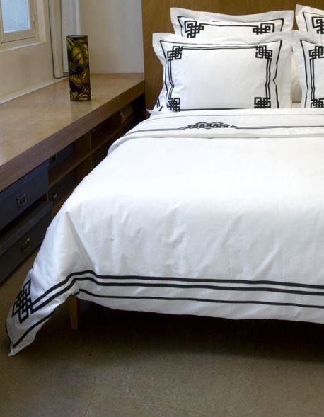 Housse de couette NIGHT&DAY N°24 en satin de coton blanc 150fils/cm2 et ruban noir, 140 200, 200 200, 240 220, 260 240, confection française, luxueux, raffiné