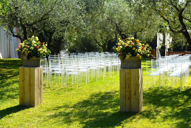 Colonne di legno per sorreggere i vasi di vimini all'ingresso della zona cerimonia