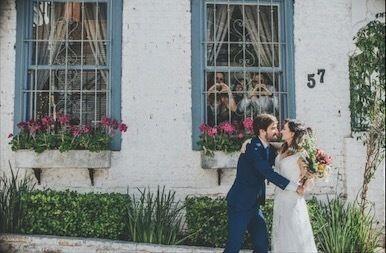 Esse mini-wedding ficou simplesmente maravilhoso! Os noivos Angelica e Ricardo optaram por um casamento rústico, chic, em um barzinho em Higienópolis, em SP. Olha que charme!💕<br /><br />Acessório de cabelo desenvolvido por Mercedes Alzueta para @nouveauporgisellenasser<br />Vestido: Nouveau por Giselle Nasser  @nouveauporgisellenasser<br />Paisagismo: @casinhaquintal<br /> Sapato da noiva: Luiza Perea para Nouveau | @luizaperea<br /> Fotografia: Ale Bigliazzi Fotografia…