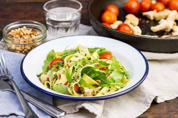 Recept voor verse pasta pesto voor 4 personen. Met zonnebloemolie, zout, water, peper, verse pasta, groene pesto, cherrytomaat, rucola en kipfilet