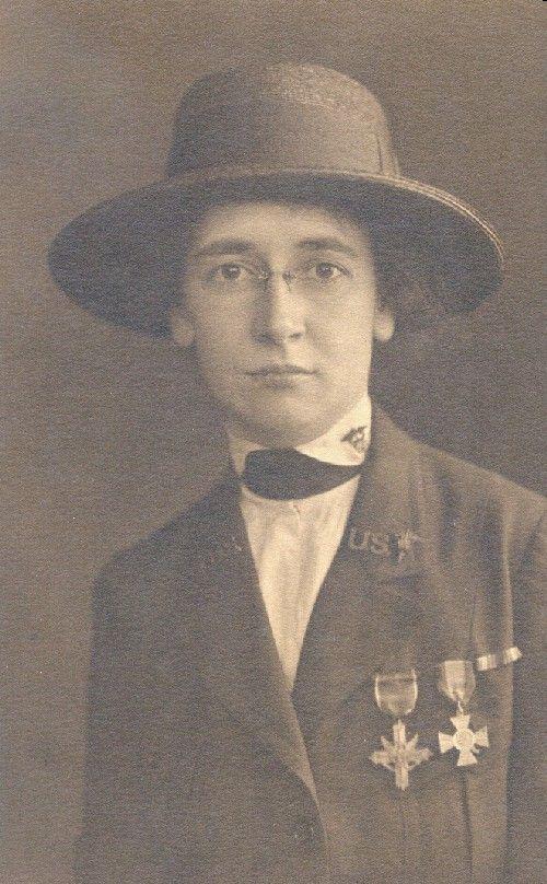 Infirmière Helen Grace McClelland en son uniforme de Première Guerre mondiale. Son service distingué sur les lignes de devant pendant la guerre a gagné McClelland une citation du Général monsieur Douglas Haig, la Première classe de Croix-Rouge Royale de la Grande-Bretagne et la Croix de Service Distinguée des États-Unis. Un diplômé de l'École d'Hôpital de la Pennsylvanie de Soins, McClelland a servi plus tard du directeur de l'École pendant 23 ans (1933-1956).