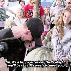 Tom Hiddleston meets a young girl who drove three hours to his hotel on the Gold Coast. Gif-set (by cheers-mrhiddleston.tumblr): http://cheers-mrhiddleston.tumblr.com/post/147161821347/tom-hiddleston-meets-a-young-girl-who-drove-three Video: http://etcanada.com/video/721940547505/tom-hiddleston-chats-with-fans-on-the-gold-coast/