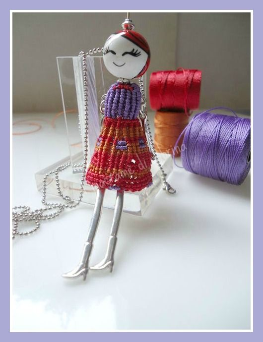 Bambolina con vestito in macramè e testa in ceramica dipinta a mano delle Antiche fuseruole Deruta