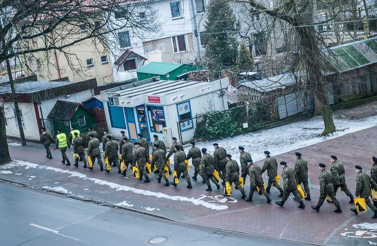 Maszeruje wojsko maszeruje –  karabiny błyszczą – reklamówki błyszczą … :) – FOTO