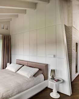Camera Padronale: Camera da letto in stile in stile Moderno di Studio d'Architettura MIRKO VARISCHI