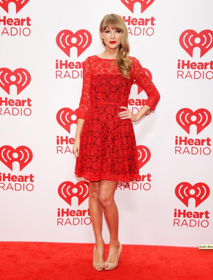 Taylor Swift  az énekesnő ebben a tűzpiros French Connection csipkeruhában jelent meg az iHeart Radio Music Festival-on Las Vegas-ban, amelyhez nude színű peep-toe-t, cicás szemsminket és skarlátvörös rúzst viselt.forrás:instyle.hu