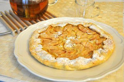 Questa torta sembra una normale crostata di mele ma non lo è: la frutta è adagiata su una morbida crema frangipane ed è avvolta da una crosta sottile...