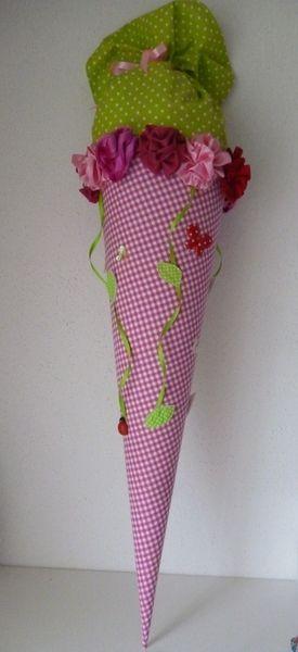 Eine  in liebevoller Handarbeit gefertigte, traumhaft schöne Schultüte aus wunderschönem Baumwollstoff. Die Schultüte hat ein Innenteil aus Pappe (70