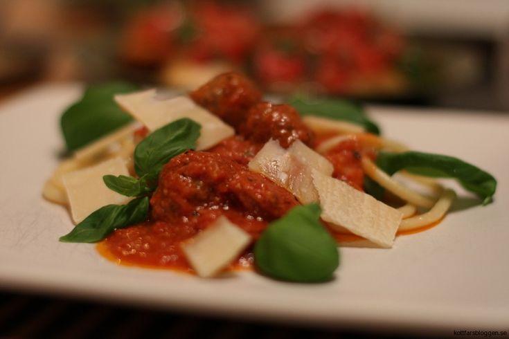 Frikadeller med salsiccia och jägarbacon i tomatsås. Mycket gott. Recept finnes här: http://kottfarsbloggen.se/recept/frikadeller-med-salsiccia-och-jagarbacon-tomatsas  #köttfärs #mat #recept