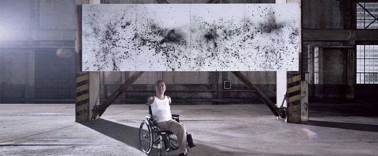 Künstler mit Behinderung malen Bilder mit der Kraft ihrer Gehirnströme