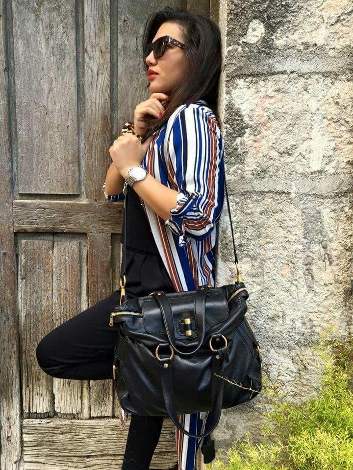 Credo che nel tempo abbiamo avuto la fortuna di avere borse bellissime, ma ad oggi, non riesco a ricordarmi una borsa bella quanto questa!!!  CAPOLAVORO ASSOLUTO YSL! Pelle morbidissima, colore intenso e linea fantastica! Insomma, non c'è storia per le altre! Amore i condizionato!  CONDIZIONI ECCELLENTI ⭐⭐⭐⭐⭐ (⭐)