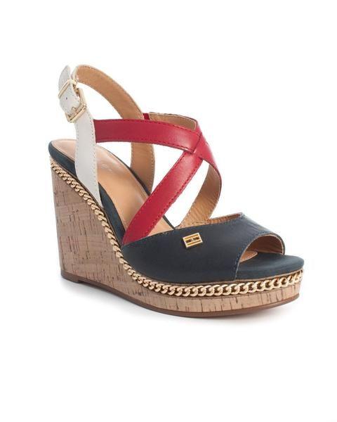 Sandalia Tommy Hilfiger. Modelo Emery 70A. Color marino con detalles en blanco, rojo y camel. Destaca la cadena dorada que tiene. Elaborada en piel.   #moda #sandalia #fashion #style #tendencias #mujer