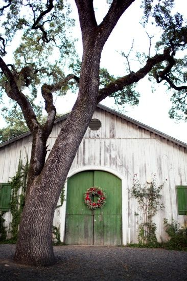 white barn, green doors!Christmas Wreaths, The Doors, Green Doors, Ate Joyas, Beautiful Barns, Atelier Joyas, White Barns, Barns Doors, Old Barns