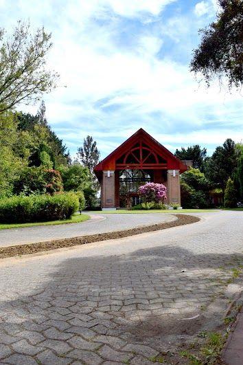En la Región de los Ríos, junto al Santuario de la Naturaleza en la Isla Teja, frente al río Cruces y a sólo minutos del centro de Valdivia, se encuentra este Hotel del más alto nivel internacional para disfrutar en familia y en sus reuniones de negocio