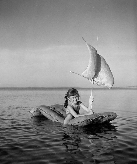 Robert Doisneau | Le voilier pneumatique | Toulon | 1949