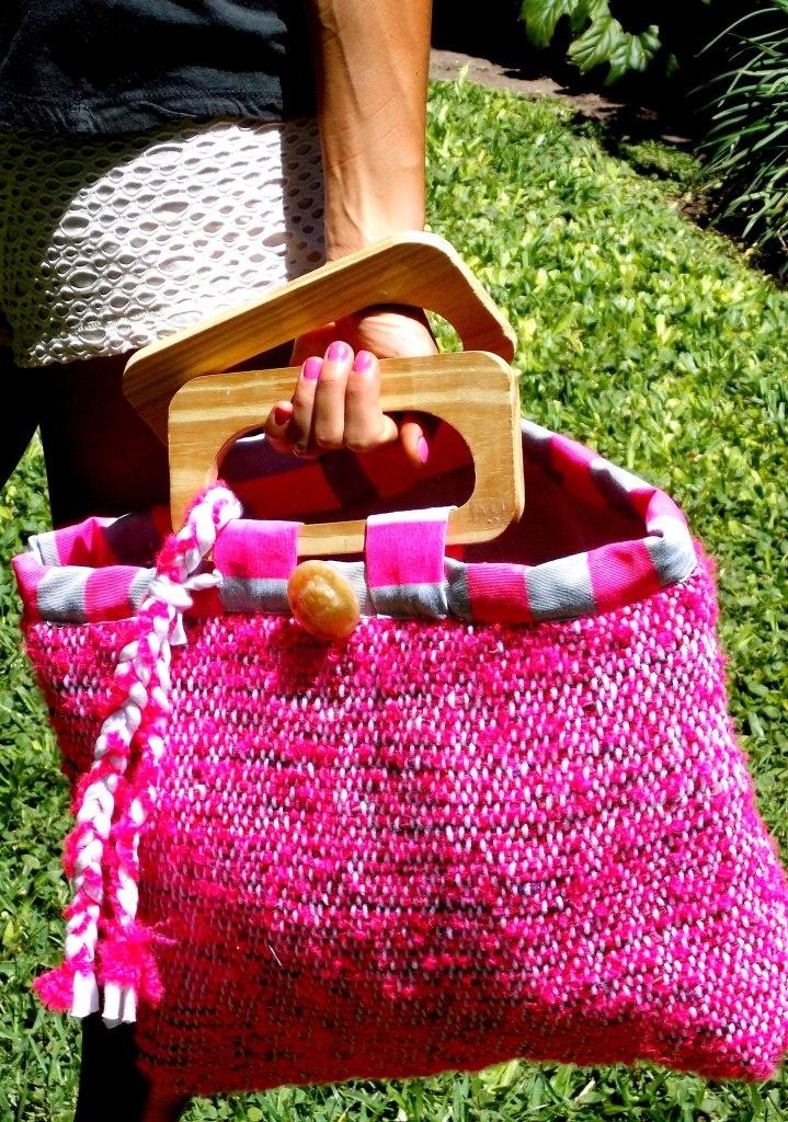 Carteras confeccionadas con telas tejidas en telar.   Forradas internamente, con bolsillos y manijas de madera. Super cómodas y livianas. Cada una es de diseño único.