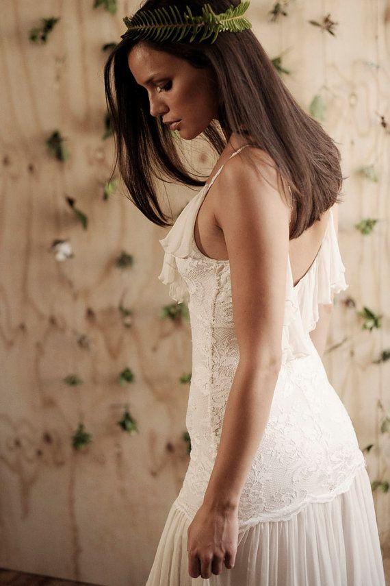 Grace aime la dentelle, robe Marisol  La combinaison parfaite de sexy et sophistiquée, Marisol est la plage parfaite robe de mariée ! Doté d'une superbe ligne de buste faible volant en mousseline de soie au dos échancré et soie brodée bretelles vintage. La jupe en mousseline de soie soie flottante ajoute à son glamour naturel et sans effort. Dentelle Stretch assure un ajustement confortable et excellent. Cette robe est parfaite pour les mariées qui veulent donner l'illusion d'un buste si…