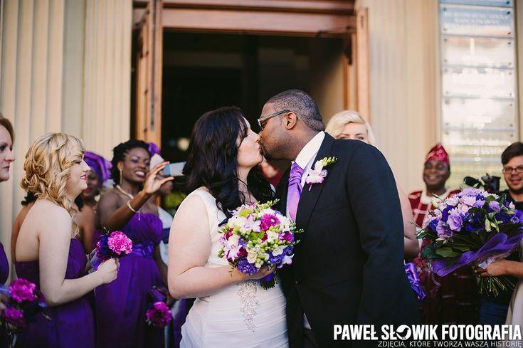 Cała stylizacja ślubna utrzymana w kolorystyce różu i fioletu - bukiet Panny Młodej, bukiety druhen, sukienki druhen i bukiety dla rodziców.
